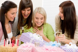 Обзор одежды и аксессуаров для подарка подруге