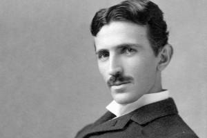 Обзор одежды и аксессуаров с изображениями Tesla