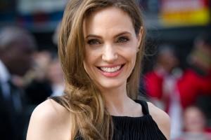 Обзор одежды и аксессуаров с изображениями Angelina Jolie